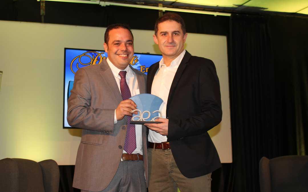 Premio a la Masada Roya que Pedro Valero recogió de manos del alcalde, Antonio Amador / L. Castel