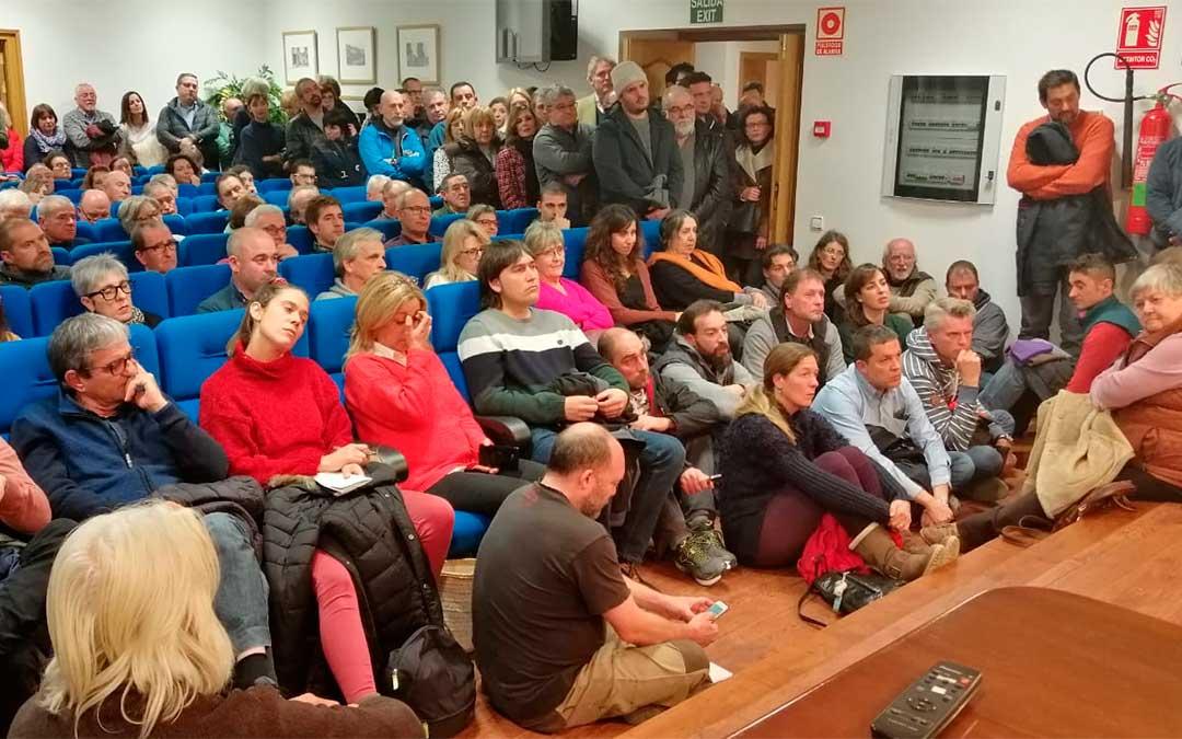 200 personas abarrotaron la sede comarcal del Matarraña durante la charla informativa sobre la construcción de los parques eólicos el pasado mes de enero.