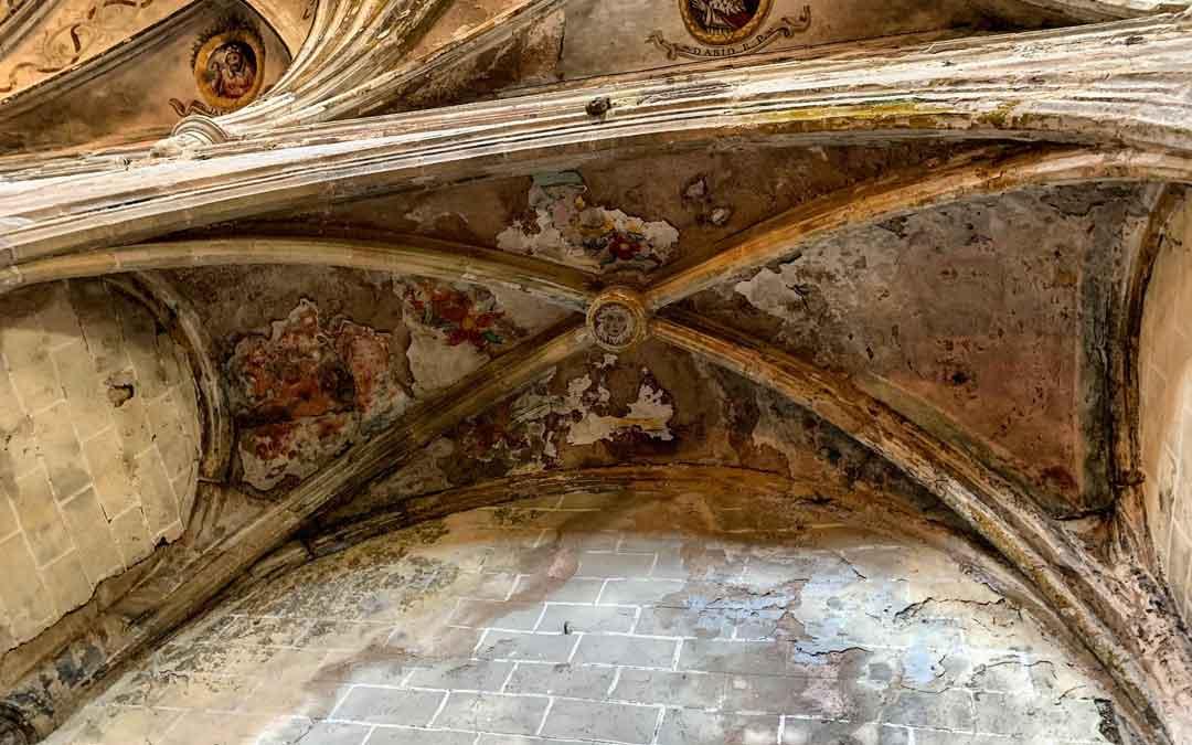 Humedades en una de las bóvedas de la iglesia. / Ayto. Miravete
