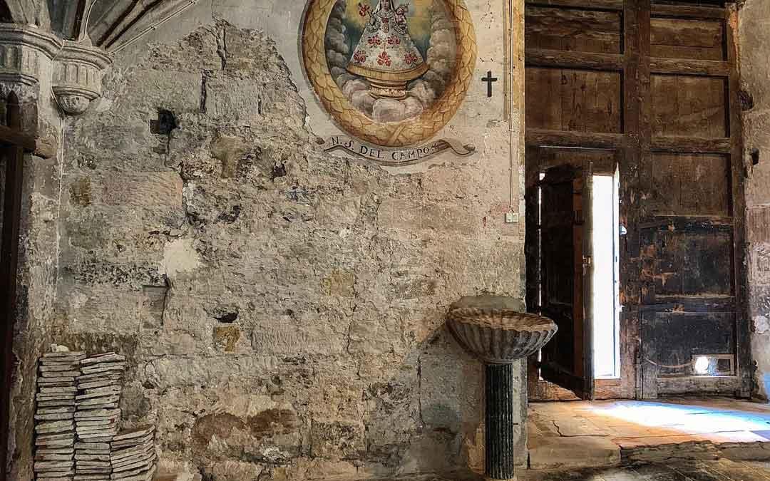 Humedades en el interior de la iglesia de Miravete de la Sierra. / Ayto. Miravete