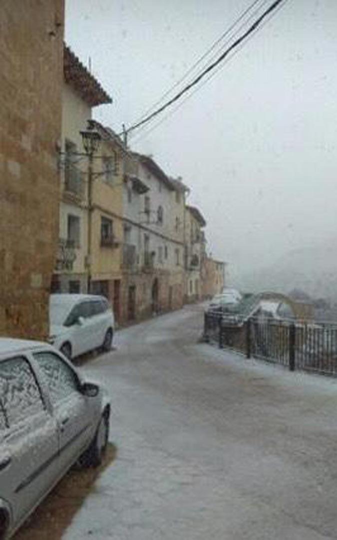 Nieve en el casco urbano de Molinos. / Juan Moreno