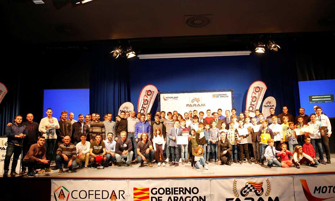 Foto de familia de todos los premiados de la gala de FARAM celebrada en Zaragoza
