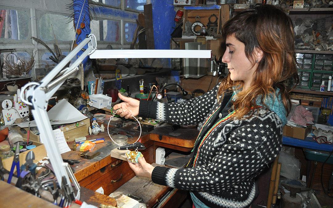 Fátima Naranjo desarrolla en Calaceite su pasión, la joyería artística.