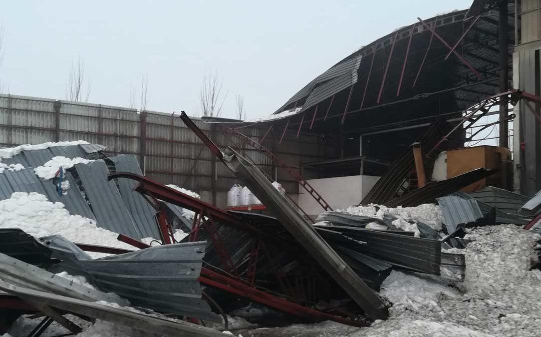 El territorio cuenta por decenas las explotaciones ganaderas y almacenes derrumbados por la nevada