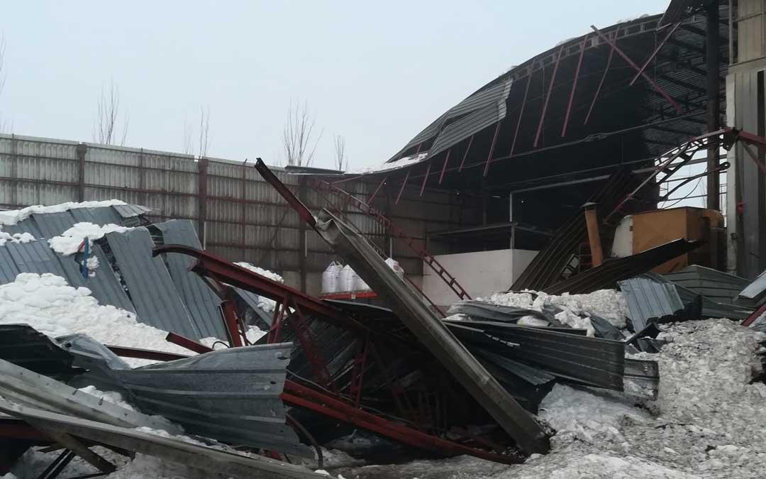 Una de las naves de la fábrica de piensos Guco se vino abajo sepultando material, maquinaria y multitud de vehículos.