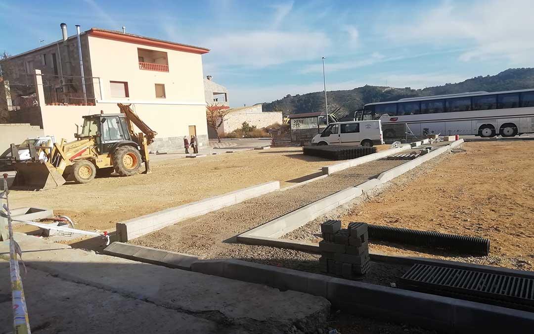 Obras en la avenida Orbe Cano, en el centro de Nonaspe, donde se ubicará un parking y un nuevo parque infantil.