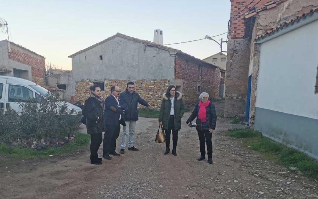 Visita del vicepresidente Alberto Izquierdo a Oliete, a la zona en la que se realizará una de las actuaciones del Plan de Asfaltado, acompañado por representantes municipales y por la diputada autonómica Esther Peirat / DPT