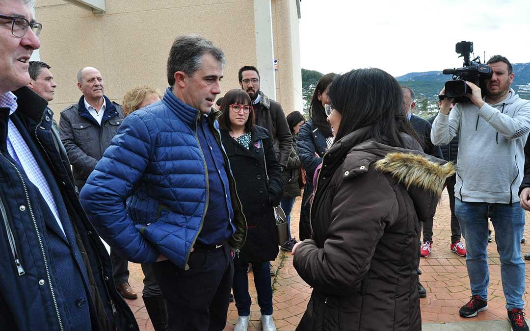 El alcalde de Peñarroya de Tastavins, explica a la ministra los daños en la localidad que ascienden a 3 millones de euros.