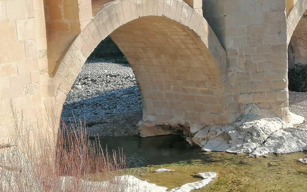 El gran agujero hace peligrar la integridad del puente histórico.