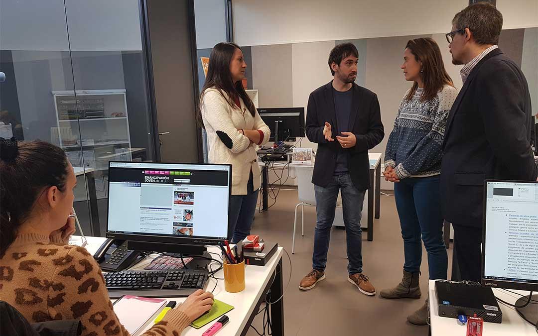 Los directores gerentes del IAJ e INAEM, junto a dos jóvenes que han regresado a Aragón, visitan las oficinas del Plan Retorno./ DGA