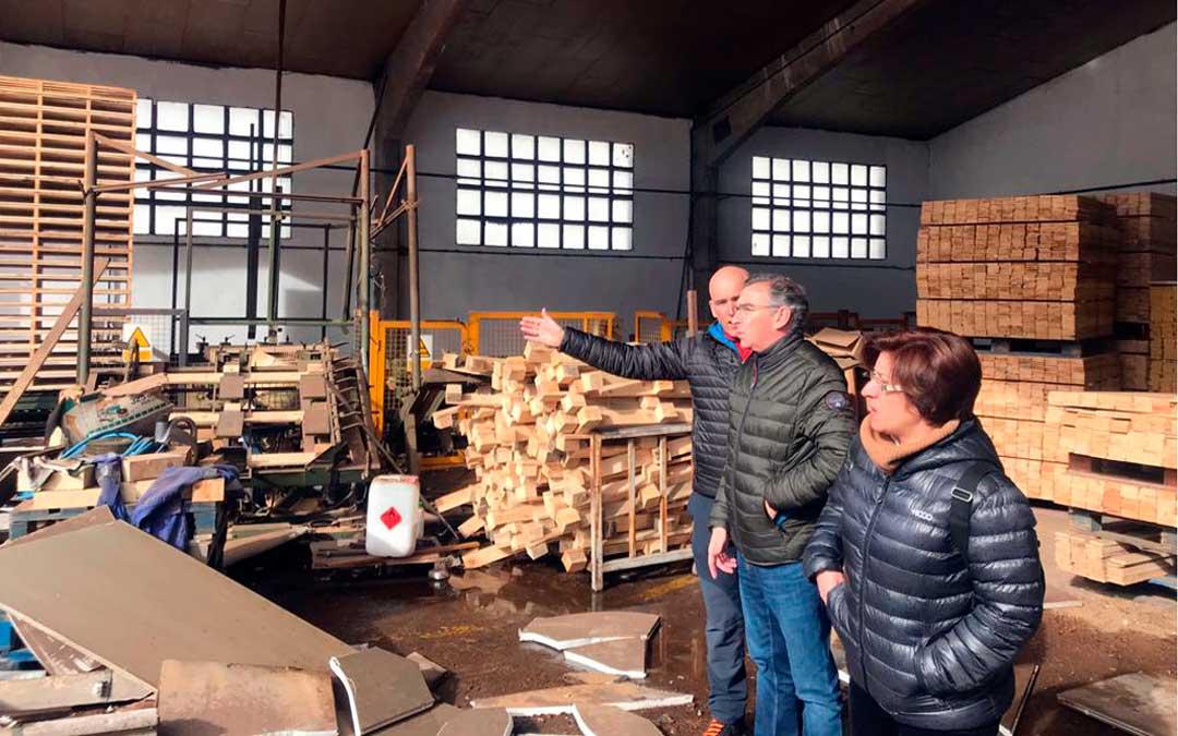 El presidente del PP de Aragón, Beamonte, ha visitado el aserradero de Cantavieja este sábado por la mañana / PP