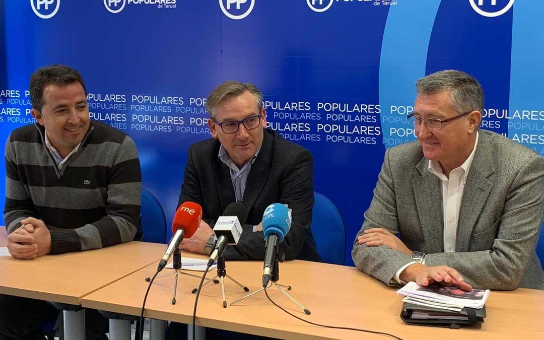 El presidente del PP de Teruel, Joaquín Juste; junto con el diputado Alberto Herrero y el senador Manuel Blasco, este miércoles, en rueda de prensa en Teruel / PP