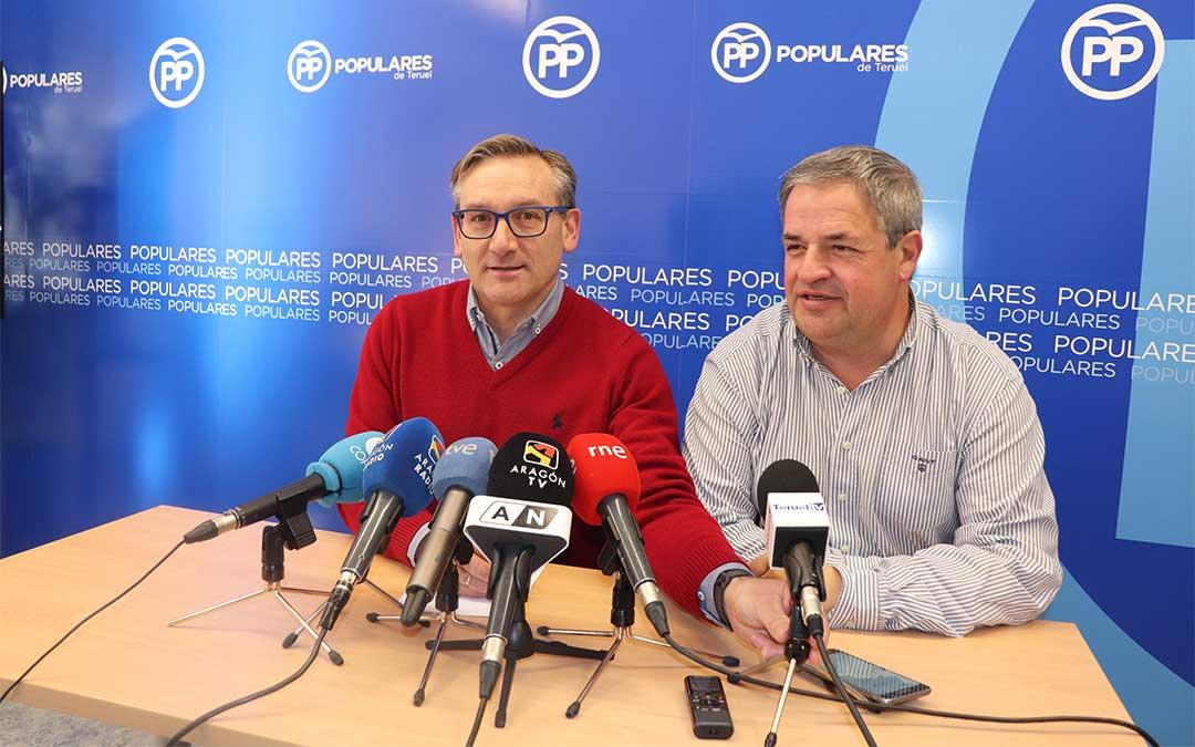 El presidente del PP turolense, Joaquín Juste, acompañado por el secretario general, Jesús Fuertes./ PP