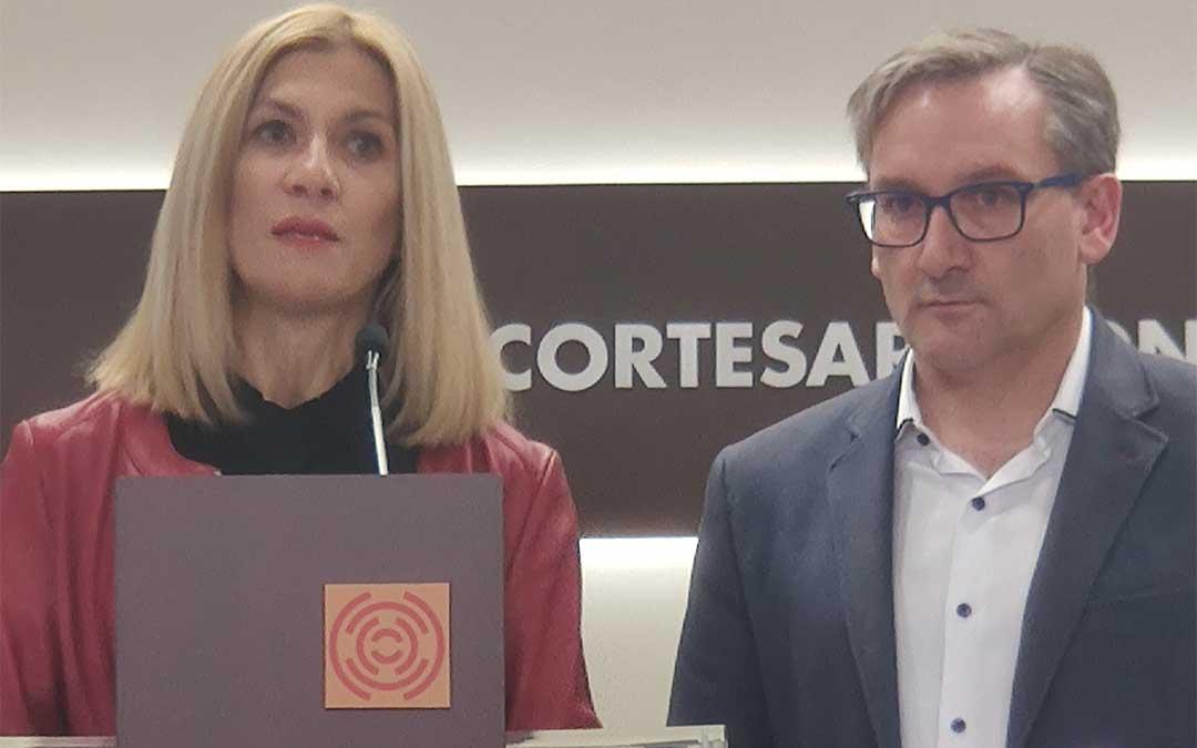 La portavoz adjunta del Partido Popular en las Cortes de Aragón, Mar Vaquero, y el diputado responsable del área de Vertebración del Territorio, Joaquín Juste./ PP