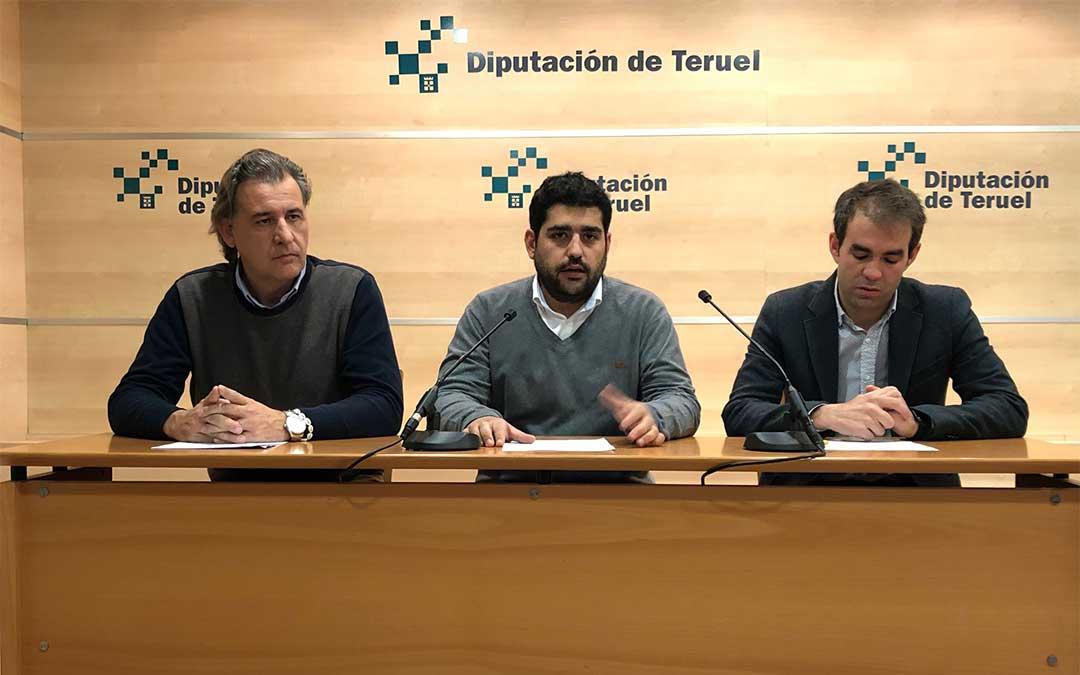 El diputado de Cultura y Deporte Diego Piñeiro junto a Carlos Aranda, concejal de Deportes del Ayuntamiento de Teruel y Joaquín Moreno, alcalde de Utrillas./ DPT