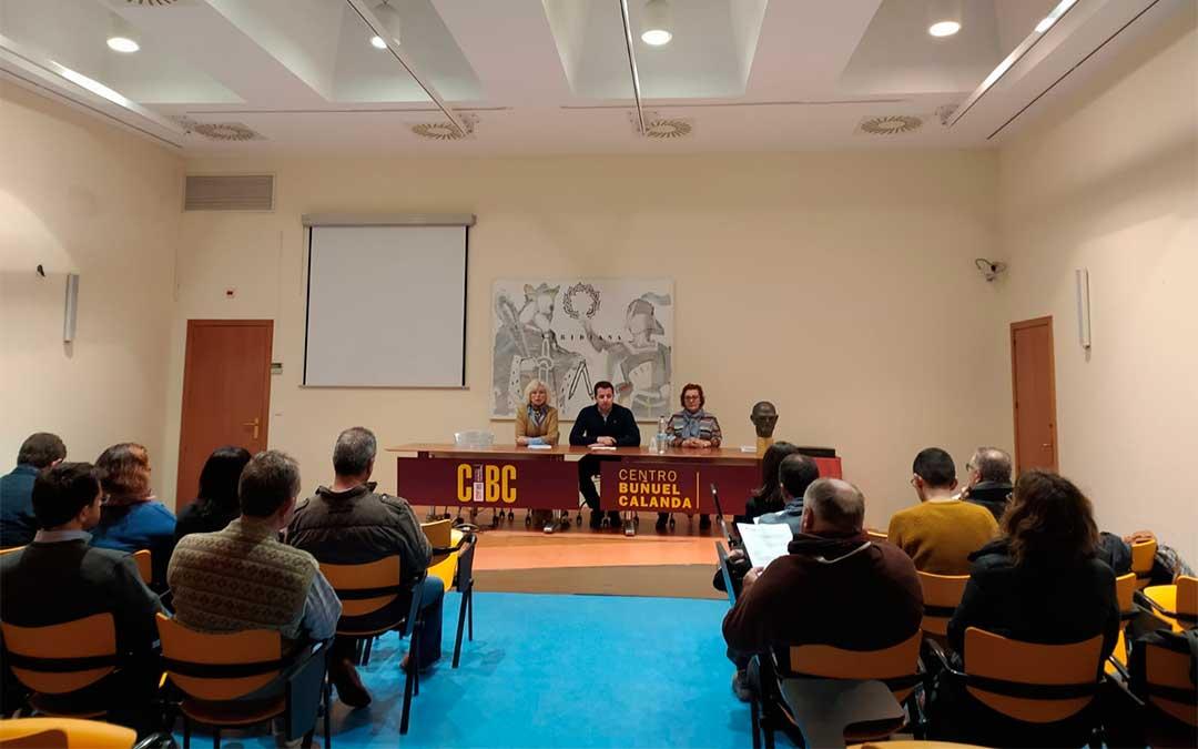 El alcalde de Calanda, Alberto Herrero, presentó el jueves el concurso fotográfico sobre el melocotón./ Francisco Aparicio