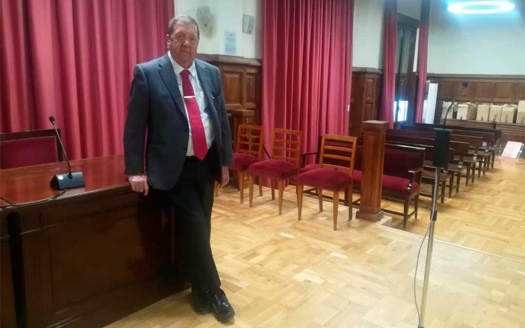 El presidente de la Audiencia de Teruel, Fermín Hernández, junto al espacio en el que se instalará la cabina blindada desde la que declarará Igor el Ruso./ M. A. M.