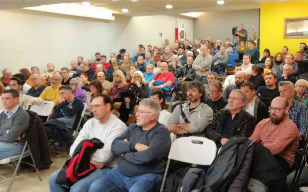 Numeroso público en la mesa redonda sobre el proyecto eólico este miércoles en Fuentespalda / Javier de Luna