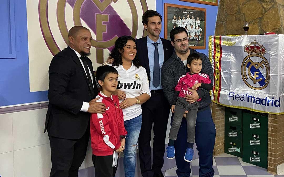 Una familia posa con Roberto Carlos y Arbeloa en la Peña alcorisana del Real Madrid./ Alicia Martín