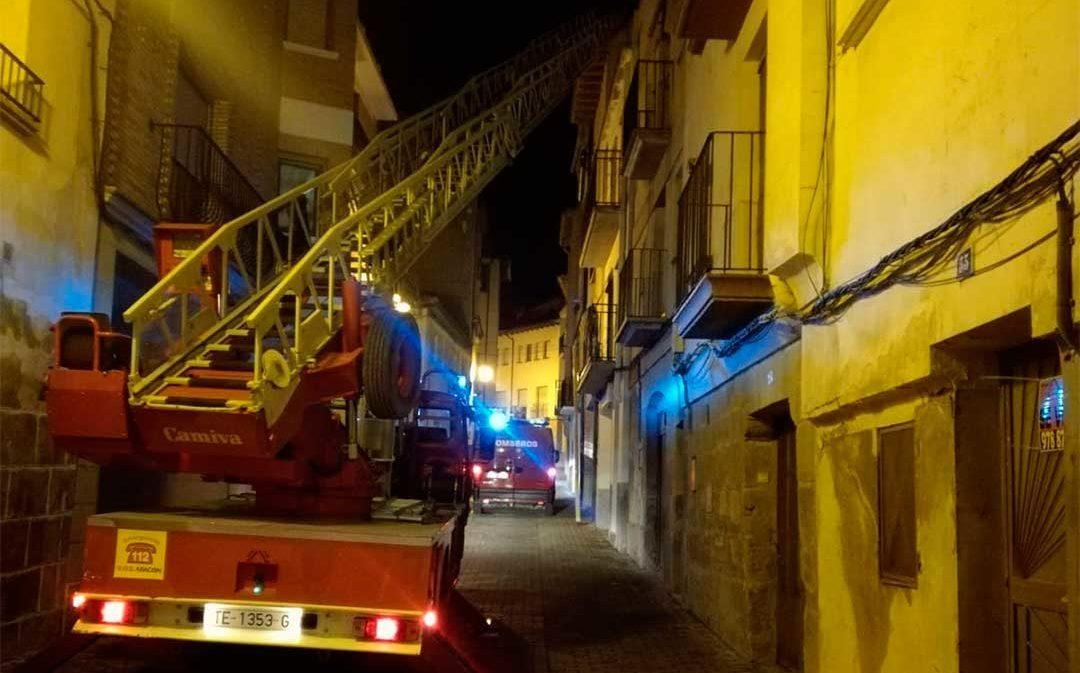 Los bomberos atienden a una persona mayor en Alcañiz