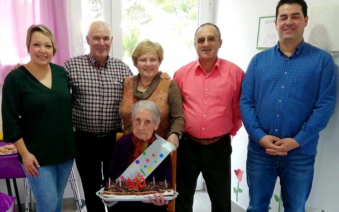 Pura acompañada de sus familia, amigos y el alcalde de Nonaspe y los gerentes de la Residencia Santi Pina y Laura Ibáñez.
