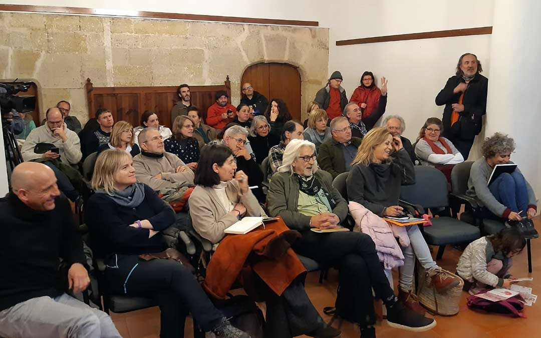 Asistentes a la reunión mantenida este sábado en Monroyo sobre la defensa del paisaje tras las polémica de los aerogeneradores./ B. Severino