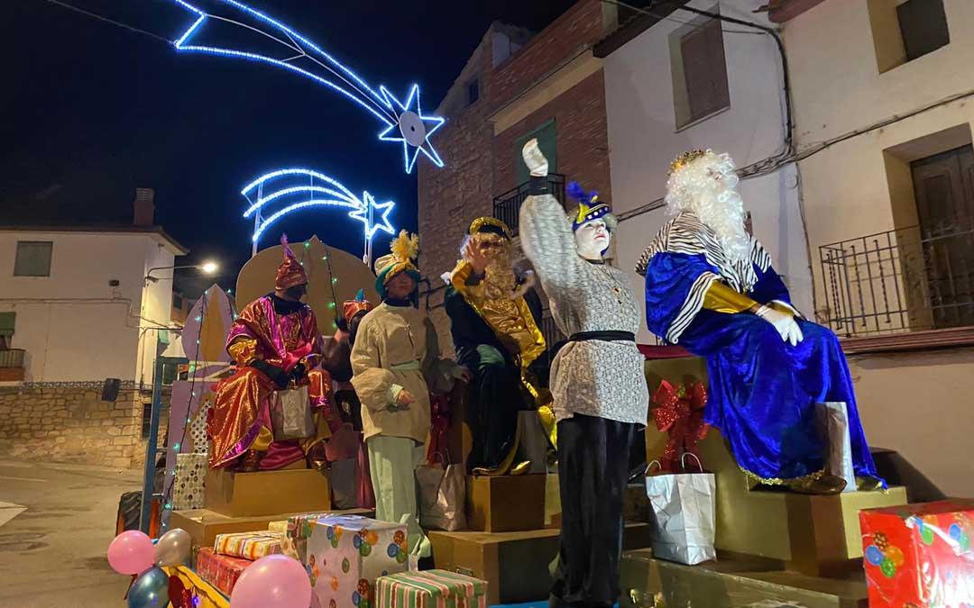 Cabalgatas para ver a los Reyes desde los balcones, regalos en la puerta de casa y fuegos artificiales