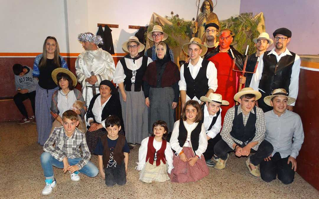 Los vecinos de La Ginebrosa representan la Sanantonada. En la imagen, los actores de 2019 / Asoc. Tarayola
