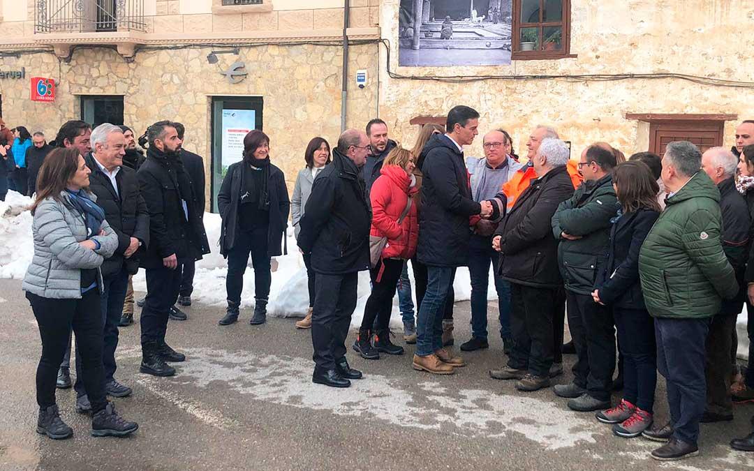 Pedro Sánchez saludando a autoridades y trabajadores del operativo a su llegada a Cantavieja / L. Castel