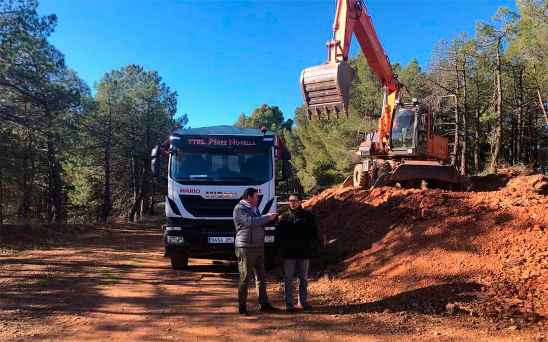 El diputado José Sancho, izquierda, junto al alcalde de Burbáguena, Joaquín Peribáñez, en la visita a los trabajos en esta localidad./ DPT