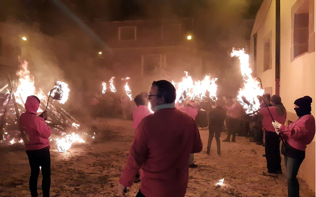 Los tederos portando el fuego, protagonista en la celebración de los Sanantones y la Santa Encamisada./ B. Severino