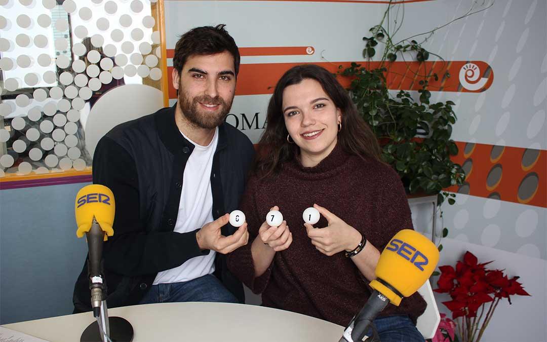 Juan Peñalver, de La Comarca Teve, y la presentadora de 'Hoy es tu día' Alicia Martín, realizan en directo el sorteo del 'Selfie de Oro'.