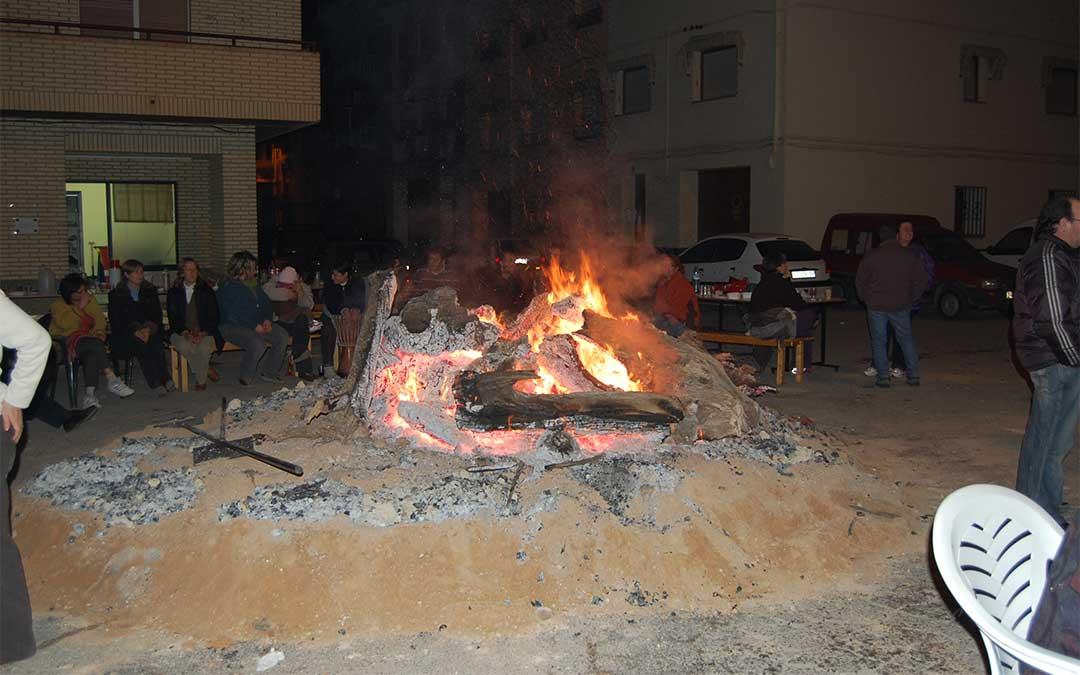 Grupos de familias y amigos se reúnen en Caspe en torno a las hogueras para cenar, conversar y pasar la tarde y la noche.