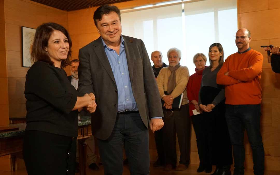 Adriana Lastra y Tomás Guitarte sellando el acuerdo en enero de 2020 / L.C.