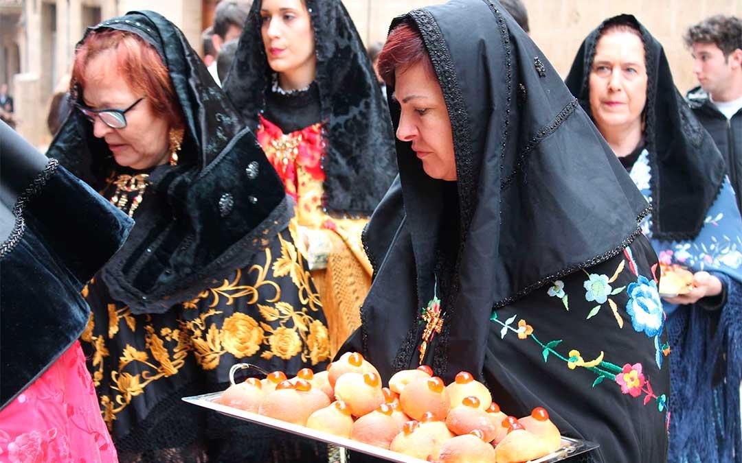 Las mujeres de Calaceite portando las tetillas./ L.C.