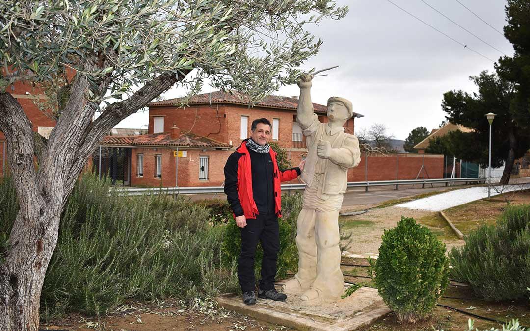 El artista junto a una de sus esculturas más conocidas en Escatrón, 'El vareador'. Uno de los símbolos de su pueblo natal.