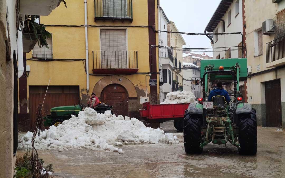Colaboración vecinal en la limpieza de calles y accesos en Torrecilla. / Ayuntamiento Torrecilla de Alcañiz
