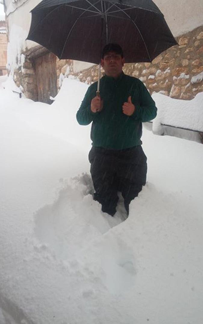 Nieve casi hasta la cintura esta mañana en Tronchón. / David Jiménez Soler