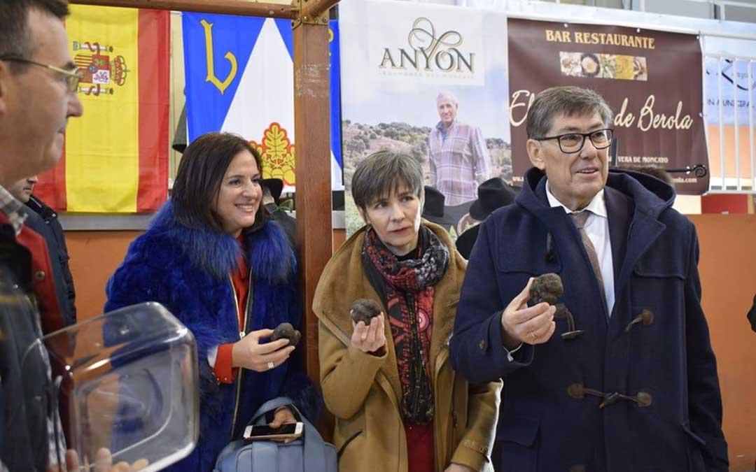 El vicepresidente, Arturo Aliaga, y autoridades visitando la feria de la trufa. / DGA