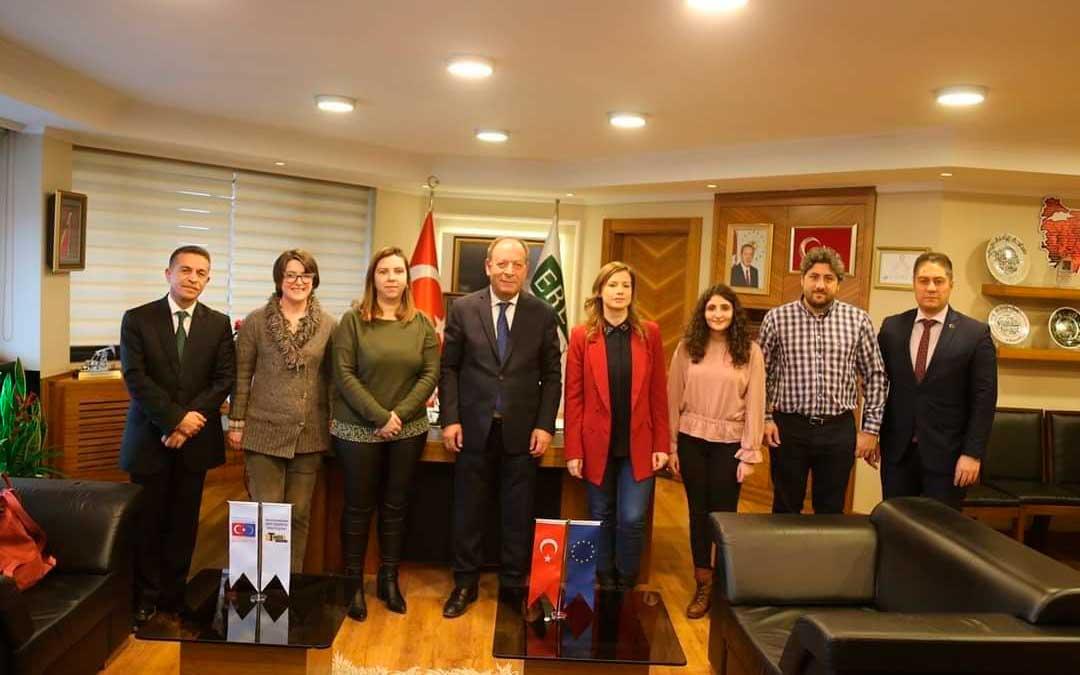 Miembros de la delegación turolense, con Maria Ariño en medio, y el alcalde de Eregli y otros cargos municipales./ La Comarca