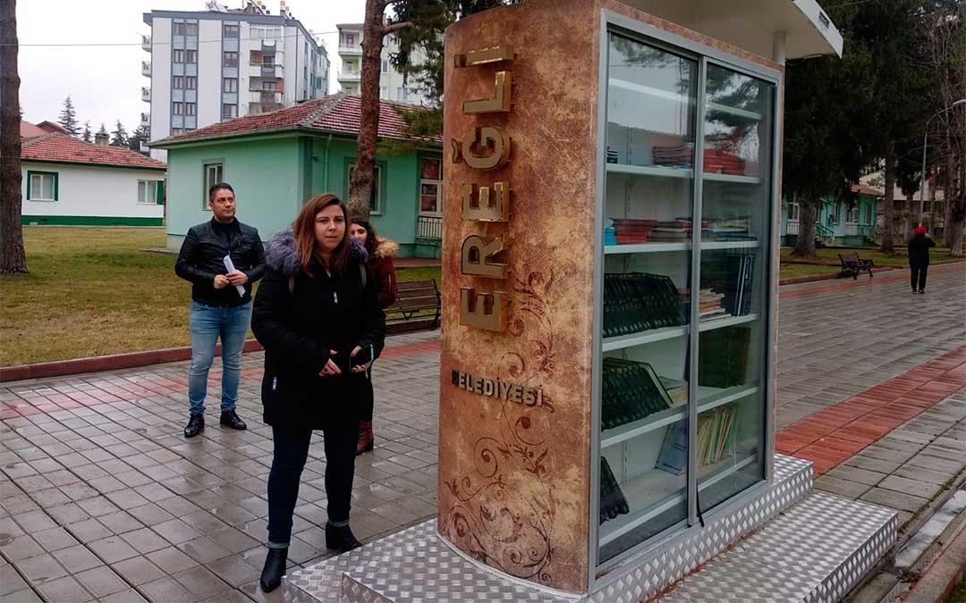 La diputada María Ariño conoce el uso de una biblioteca exterior en un parque donde los paseantes pueden consultar libros./ La Comarca