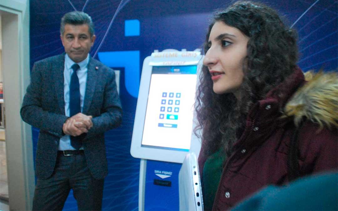 El director de la Oficina Nacional de Empleo y la técnico Bushra explican el funcionamiento digital para solicitar trabajo./ La Comarca