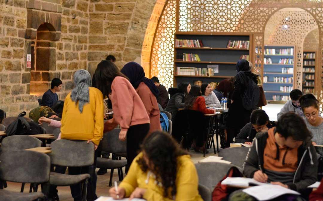 Biblioteca pública de Eregli, llena de jóvenes estudiando./ La Comarca