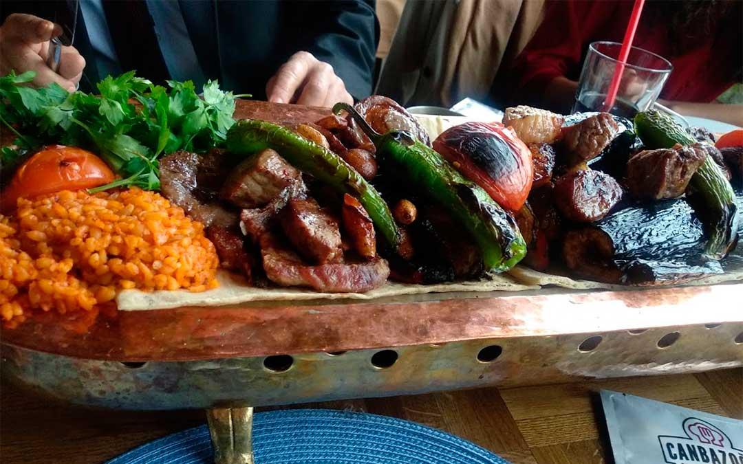 Comida tradicional a base de verduras al horno, y carne de cordero y pollo./ La Comarca