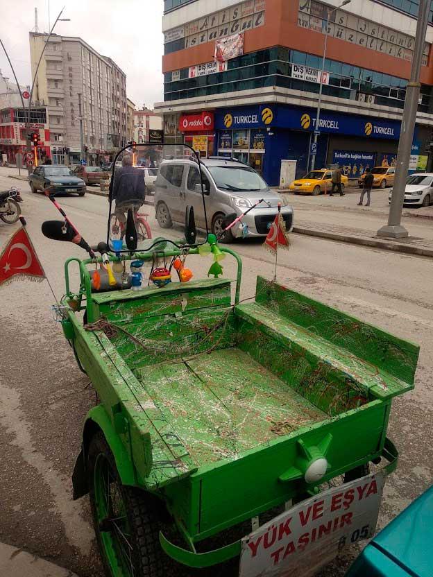 Contrastes en las calles de Turquía./ La Comarca