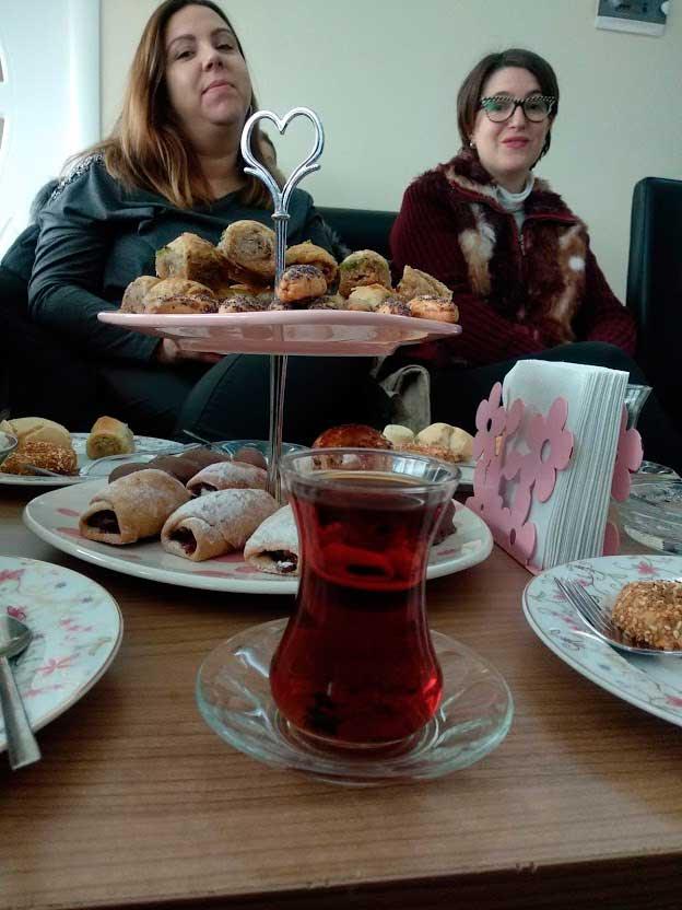 El té con pastas se ofrece en cada lugar como bienvenida en unos pequeños vasos de cristal./ La Comarca