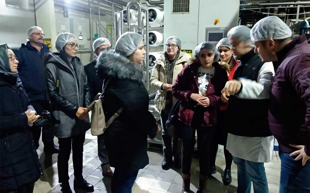 En la fábrica de leche en polvo Mirel./ La Comarca