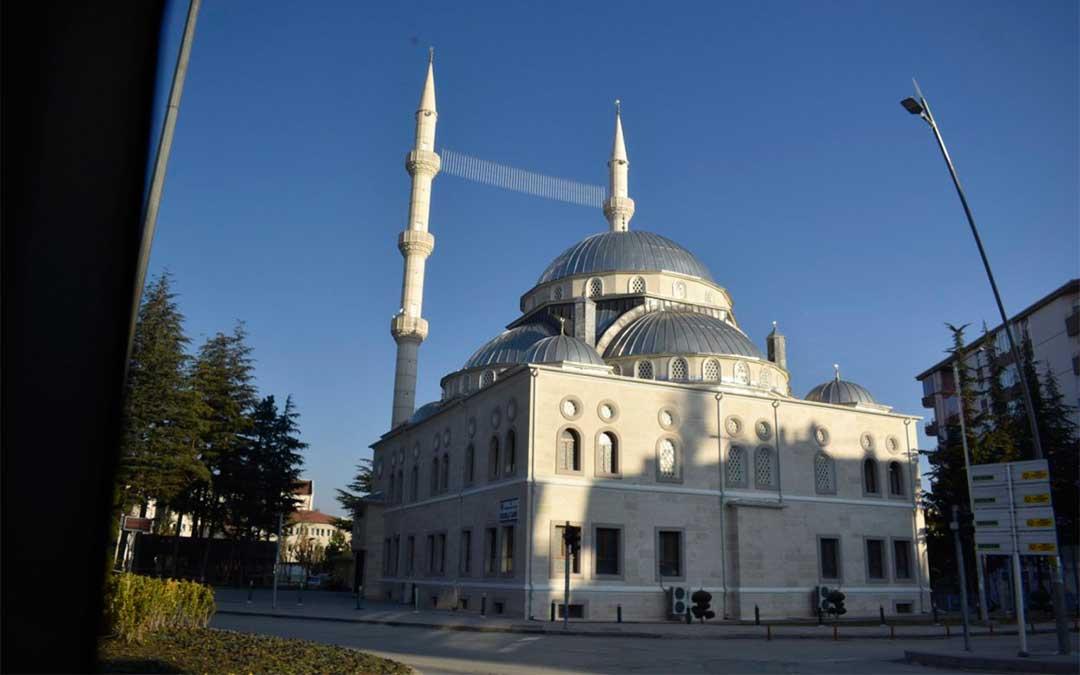 Entre los minaretes de las mezquitas hay luces que lanzan mensajes del Corán que animan a la fe./ La Comarca