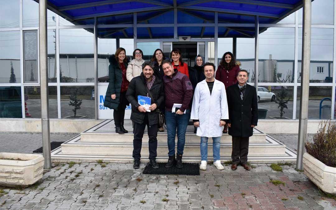 Foto de grupo con la responsable financiera de la fábrica de leche Miret de Eregli (en el centro)./ La Comarca
