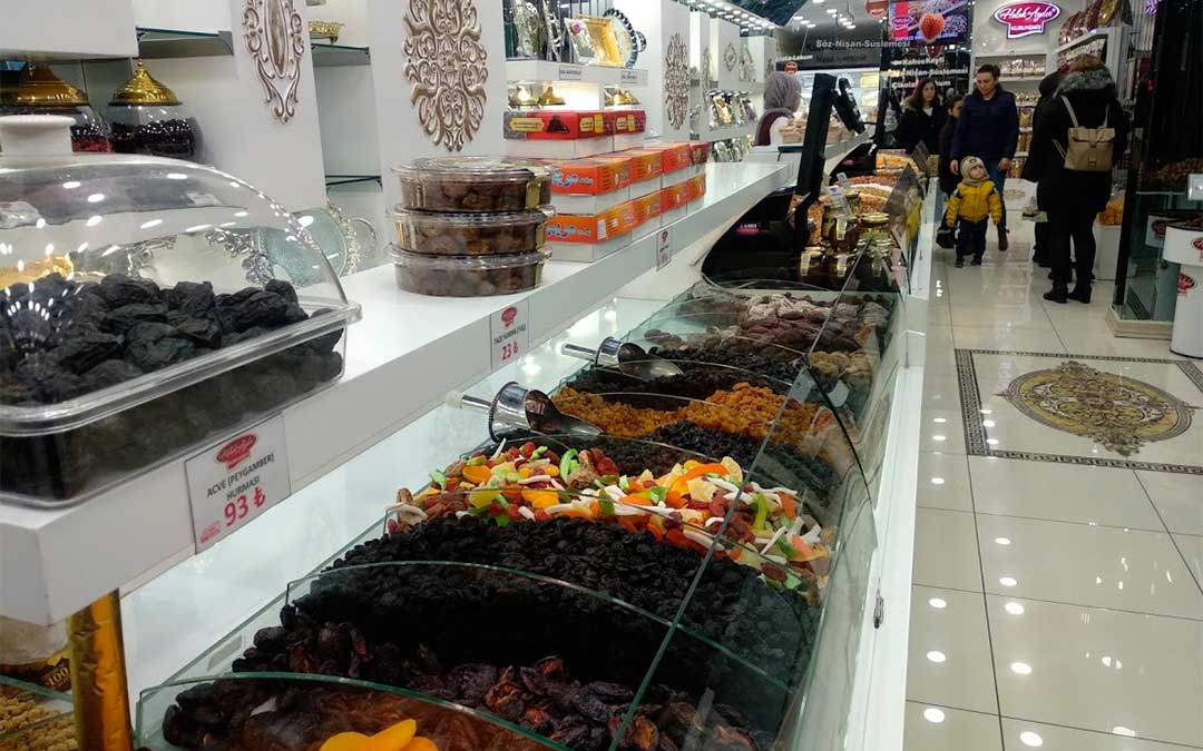 Las pastelerías y tiendas de dulces llaman la atención./ La Comarca